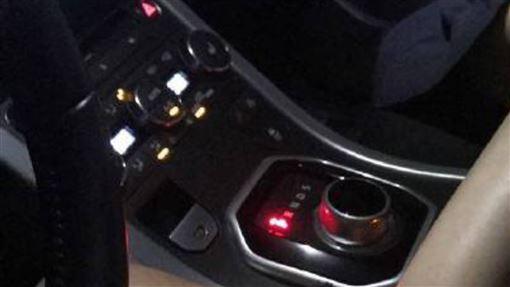 老司機,換車,排檔桿,換檔,美腿,女友,靠近,副駕,車震,誘惑,正妹, 圖/翻攝自微信朋友圈