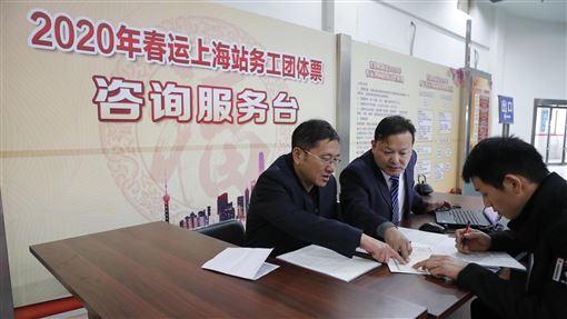 中國大陸2020年火車春運搶票將開始中國大陸2020年火車春節運輸搶票即將於12日展開。預計此次春運期間發送旅客4.4億人次,年增8.0%。圖為11月25日,鐵路上海站啟動務工人員團體票辦理工作。(中新社提供)中央社  108年12月11日