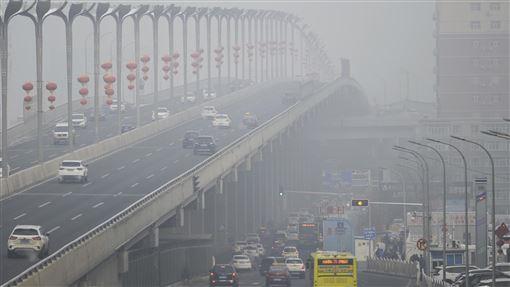霧霾席捲多地  中國官方建議購置空氣清淨機就在霧霾天氣席捲多地,55個城市啟動重污染天氣預警的當下,中國官方10日發布霧霾防護指南,建議學校、辦公室等室內場所配置空氣清淨機。圖為新疆烏魯木齊市1日遭到霧霾壟罩。(中新社提供)中央社  108年12月11日