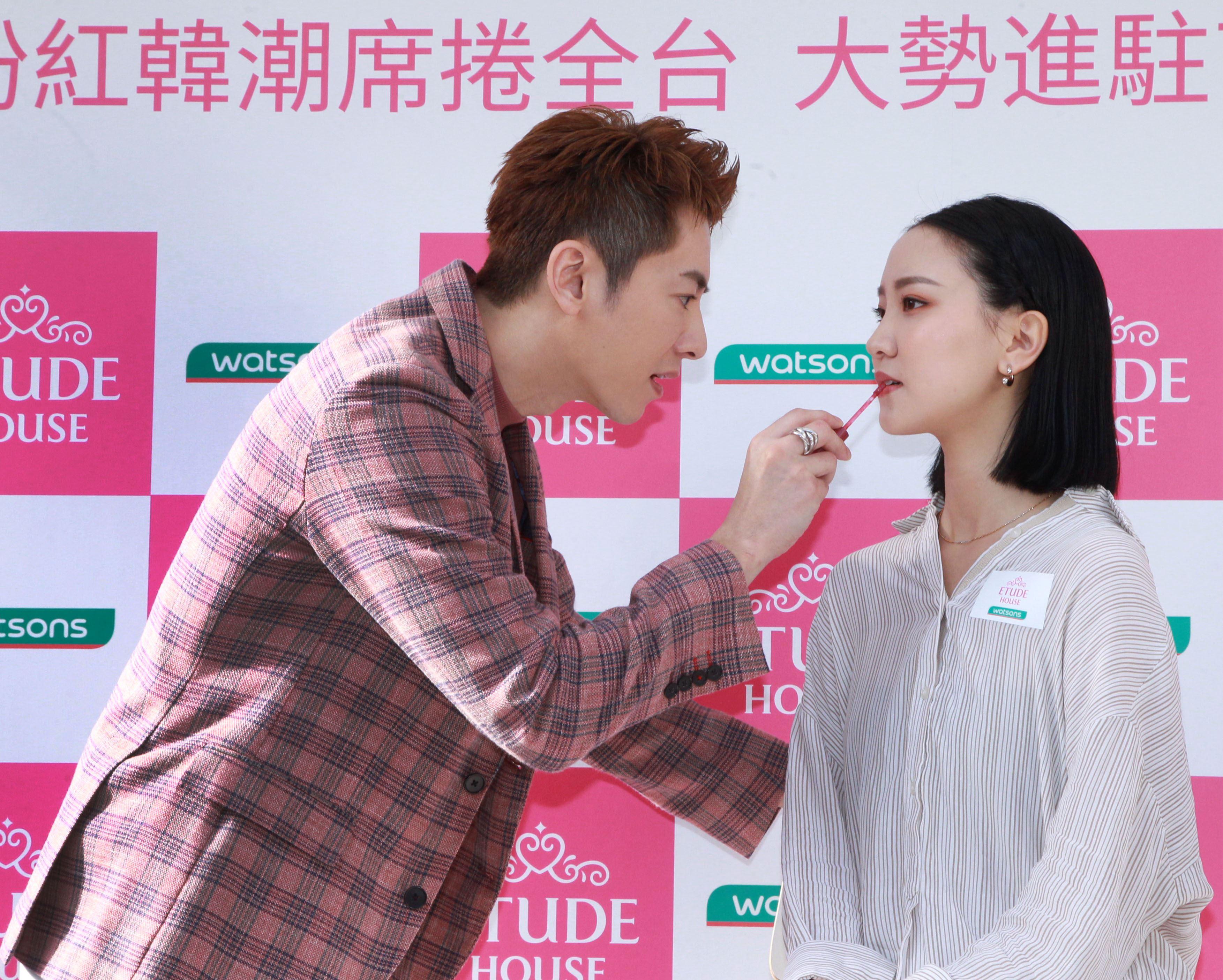 李國毅化身彩妝大師分享如何美妝。(記者邱榮吉/攝影)
