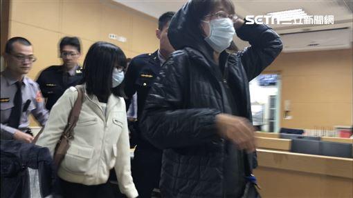 洪慶淋的妻子(前)及女兒也被移送地檢署複訊。(圖/記者楊佩琪攝)