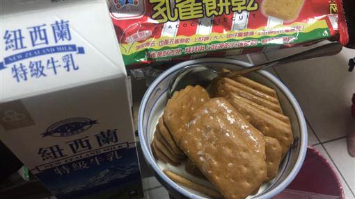 孔雀餅乾,牛奶,美味,乖乖,零食(圖/翻攝自爆廢公社公開版)