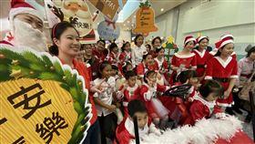 桃園國際機場,聖誕節,向旅客,報佳音,祝福(圖/中央社)