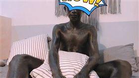 中國男大生被女友用黑色紋身墨水塗到全身黑還洗不掉。 圖/翻攝自微博