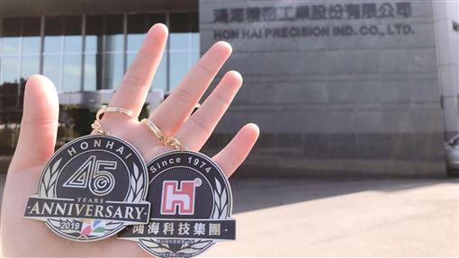 鴻海發出45週年紀念悠遊卡鴻海本週發出45週年紀念悠遊卡給員工,據統計已發出9500張,發出金額達新台幣5000萬元。(鴻海提供)中央社記者鍾榮峰傳真 108年12月12日