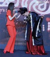 黃子佼主持蔡依林代言手遊「倩女幽魂二」自己裝扮姥姥。(記者邱榮吉/攝影)