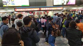 民眾在遠航櫃台前大排長龍搶退票。