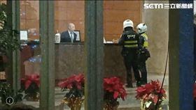 台北市警局吳興派出所警員前往張綱維的信義豪宅查訪(翻攝畫面)