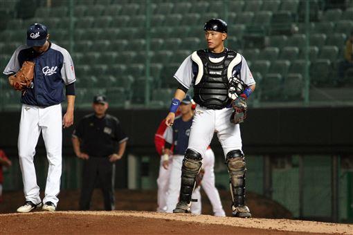 ▲中職聯隊投手魏碩成(左)與捕手戴培峰搭檔。(圖/中華職棒提供)