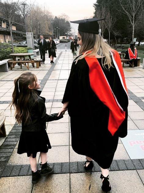 14歲懷孕被迫休學!小媽媽生完等7年 牽女兒去畢業典禮(圖/翻攝自Rachael Campey推特)