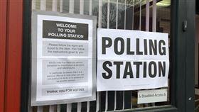 英國大選投票所英國下議院大選12日登場,雖然倫敦天氣陰冷,選民依舊抓緊雨停時機出門投票。中央社記者戴雅真倫敦攝 108年12月12日