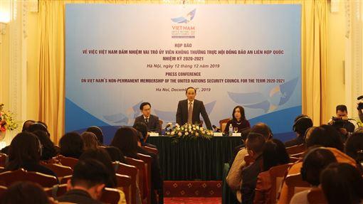 越南將成為非常任理事國 盼為國際和平做出貢獻越南等5國將成為聯合國2020-2021年安理會非常任理事國,越南外交部副部長黎淮忠(中)12日表示,越方將持續推動融入國際,提高多邊機制的作用,為維護國際和平與安全做出貢獻。中央社河內攝 108年12月12日