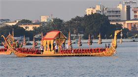 泰王搭乘的金鴻王船泰國12日舉行王船遊行,做為泰王加冕儀式的最後一道程序。圖為泰王瓦吉拉隆功和王后蘇堤達搭乘的金鴻王船,行駛在昭披耶河上。中央社記者呂欣憓曼谷攝 108年12月12日