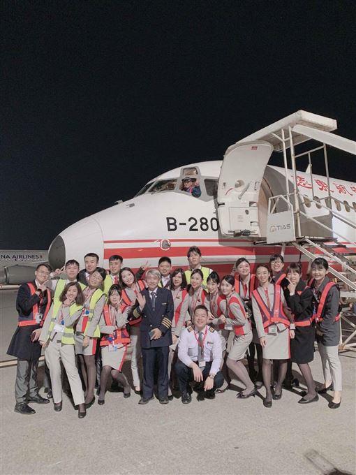 最後一飛…遠航末班機返台 機組人員不捨「站機坪大合照」(圖/機組員提供)