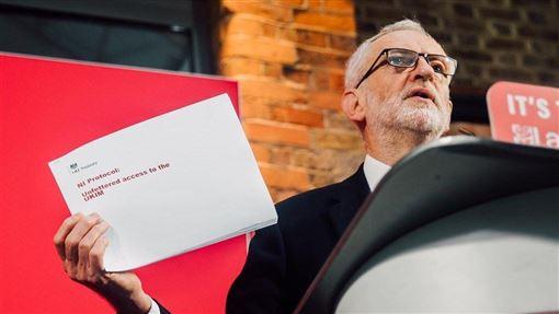 英國最大在野黨工黨料將在這次大選慘敗。黨魁柯賓13日表示,他會為工黨吞下84年來最慘敗仗請辭黨魁。(圖取自twitter.com/jeremycorbyn)