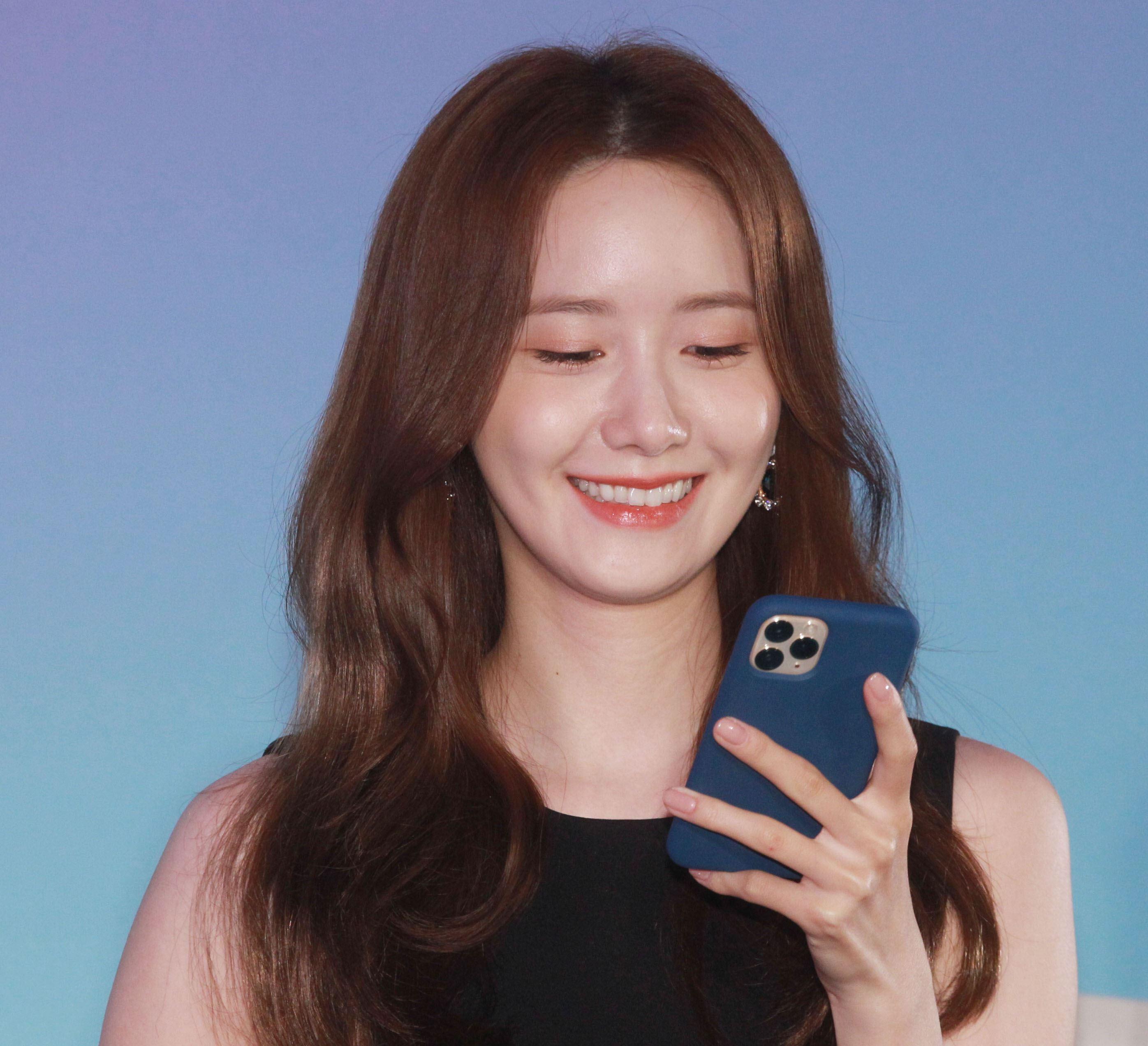 潤娥品牌代言現場用手機與粉絲互動送紅包。(記者邱榮吉/攝影)