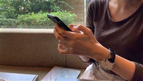 圖/記者谷庭攝,用手機,滑手機