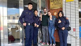 訪基隆迷路暖警熱心指引 法情侶讚台灣警察真好法國情侶檔提波爾(中)和女友蘿拉(右2)從巴黎來台自由行,13日欲前往基隆市中正公園,但因迷路且語言不通向警方求助,員警見狀立即上前關心,除熱心解說,也介紹基隆的風景勝地與廟口美食,讓他們大讚台灣警察真好。(基隆市警局提供)中央社記者王朝鈺傳真 108年12月14日