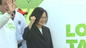 總統蔡英文今(14)日上午前往桃園,參與「LOVE TAIWAN!總統為選手打氣、全民為台灣加油」健走活動