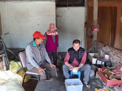 年輕遭酒駕撞成長短腳,現在口腔癌第三期,呂爸爸在雲林種西瓜盼養活一家人(臉書光線提供)