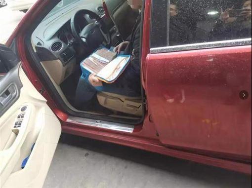 有錢人的生活!麥拉倫撞福特 傳車主60萬「當場買回家」(圖/翻攝自《澎湃新聞》)