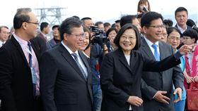來台旅客創新高 蔡總統:帶動台灣蓬勃商機總統蔡英文(前左3)14日在交通部長林佳龍(前左4)、桃園市長鄭文燦(前左2)陪同下,出席桃園國際機場第二航廈戶外觀景台啟用活動。蔡總統表示,今年來台旅客人數已達到1111萬人次,創歷史新高,為台灣觀光發展帶來更蓬勃商機。中央社記者邱俊欽桃園機場攝 108年12月14日