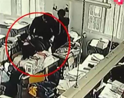 老師冷眼2小時!15歲女學生教室內猝死 媽到校才幫送醫(翻攝自網易新聞)