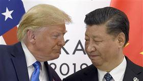 美中貿易戰2018年夏季開打以來,懲罰性關稅不斷加碼,企業投資轉趨觀望,影響全球經濟甚鉅。圖為美國總統川普(左)與中國國家主席習近平6月在G20場邊舉行會談。(美聯社)