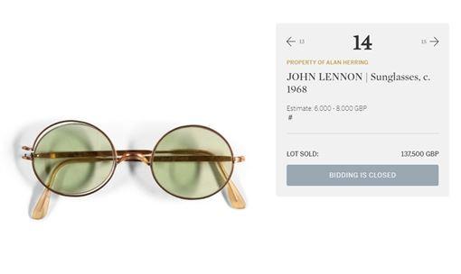 傳奇巨星約翰藍儂的太陽眼鏡13日以18萬3500美元(約新台幣555萬5400元)價格成交。(圖取自蘇富比網頁sothebys.com)