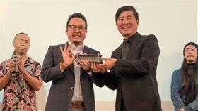 ▲文化總會副秘書長李厚慶由台灣創意設計中心董事長張基義手中接下獎座。(圖/文總提供)