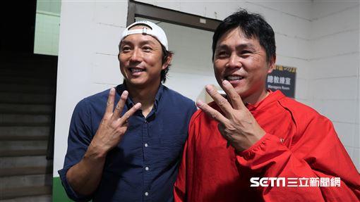 川崎宗則和總教練葉君璋告別。(圖/記者王怡翔攝影)