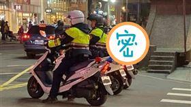 爆廢公社,有網友拍下照片,誤會警察兼差送外送。(圖/翻攝自爆廢公社)