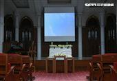 金寶山日光苑禮堂舉行高以翔小型西式追思「安厝儀式」。(記者邱榮吉/攝影)