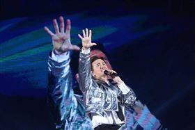 李聖傑FACE世界巡迴演唱會高雄首站啟航 李聖傑二十年唱了9999次「癡心絕對」最終Live版獻給高雄 嘉賓蕭煌奇 (錞藝音樂提供)