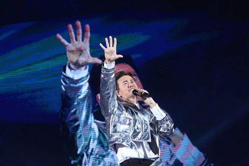 李聖傑FACE世界巡迴演唱會高雄首站啟航李聖傑二十年唱了9999次「癡心絕對」最終Live版獻給高雄嘉賓蕭煌奇(錞藝音樂提供)