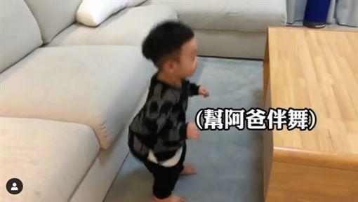 蔡阿嘎耶誕城嗨唱!蔡桃貴見「把拔在電視」 真實反應萌爆(圖/翻攝自蔡桃貴 IG)