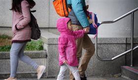 全國教育產業總工會16日表示,勞動節只有適用勞基法的勞工放假,學生卻要上學上課,父母可能還得接送,形成「一家兩制」,呼籲勞動節應全國一致性放假。(示意圖/中央社檔案照片)