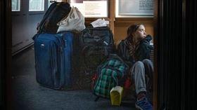 瑞典少女童貝里(Greta Thunberg)因展開環保活動而聲名大噪,日前獲選為時代雜誌2019年風雲人物,但其言行卻頻惹議。日前童貝里在推特上發布一張在火車上席地而坐的照片,然而德國鐵路卻對這張照片很有意見,馬上發文調侃她其實是搭「頭等車廂」。(圖/翻攝自Twitter)