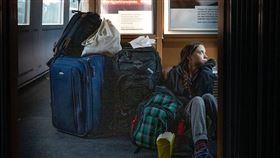 瑞典環保少女童貝里日前搭乘德鐵列車返家,途中在推特發出一張她坐在車廂地板上的照片,身旁堆滿行李箱。(圖取自twitter.com/GretaThunberg)