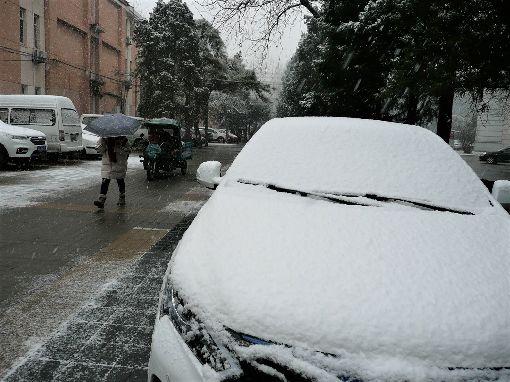 北京第二輪降雪來襲北京市15日夜間到16日降下今年第二場雪,影響了交通出行。圖為中國人民大學校園內被雪覆蓋後結冰的轎車。中央社記者周慧盈北京攝 108年12月16日