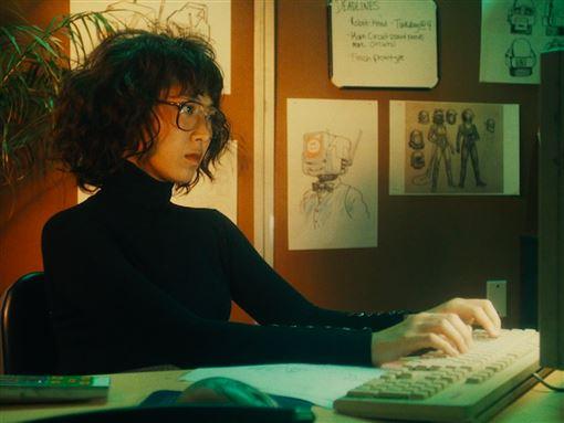 索尼音樂新聞稿 《我只在乎你》MV浪漫登場 王若琳戴假髮扮宅女工程師