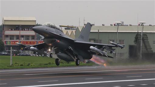 戰備道起降操演  F16V起飛「漢光35號」演習彰化戰備道起降實兵操演,28日在彰化舉行,F-16V戰機在戰備道起飛。中央社記者吳家昇攝  108年5月28日