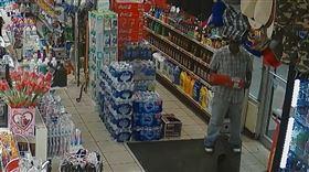 為了一瓶可樂值得嗎?日前美國有位男子在加油站的販賣部行竊,沒想到他偷完一瓶可樂就被店員反鎖在店裡,他試圖用身體把門撞開,可是卻沒有用,情急之下他竟扛起一旁的滅火器,猛敲店門3下才終於破門而出,警方逮捕他後,將這段監視器畫面PO上網,而這個小偷的離譜行徑在網路上引發熱議。(圖/翻攝自Polk County Sheriff's Office FB)