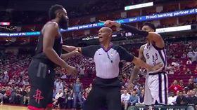 NBA/遭哈登衝撞…馬刺小將怒還擊 NBA,聖安東尼奧馬刺,Dejounte Murray,休士頓火箭,James Harden 翻攝自推特