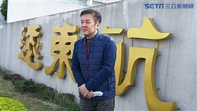 張綱維在遠航總部門口logo 拍照 邱榮吉攝影