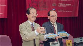 楊秋忠院士(左)與楊登嵙教授(右)合影於國立中興大學記者會。(楊登嵙提供)