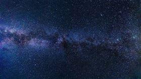 台灣因為地形多樣,造就了許多不同的自然景觀,雖然台灣各縣市皆有特色,但在較為都市的地區中抬頭無法看到乾淨的夜空,在山上卻可以看見一片清澈美麗的星空!日前有位網友在PTT的WomenTalk版上發文,他問大家「看過最美麗的星空在哪裡啊?」,果然激起網友熱烈迴響,眾多網友紛紛指出「綠島」的星空最美,看過一次就回不去了。(圖/翻攝自Pixabay)
