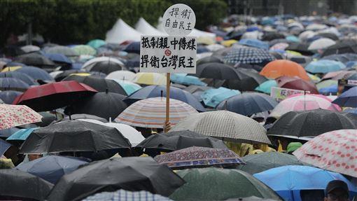 反紅媒遊行  民眾冒雨參加(1)「拒絕紅色媒體、守護台灣民主」活動23日下午在凱達格蘭大道舉行,吸引大批民眾冒雨前往參加,有人高舉自製標語表達訴求。中央社記者徐肇昌攝  108年6月23日