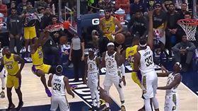 ▲詹姆斯(LeBron James)上籃背後傳球,『魔獸』霍華德(Dwight Howard)雙手暴扣。(圖/翻攝自NBA IG)
