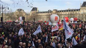 法國第三波示威遊行  近8萬巴黎人上街反年改17日法國再次進行示威遊行。巴黎遊行從共和廣場,一路氣氛歡愉平和,然而抵達目的地民族廣場時爆發衝突。巴黎遊行人數為7萬6000人。中央社記者曾婷瑄巴黎攝 108年12月18日